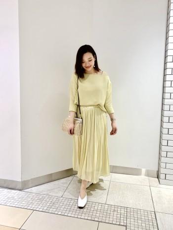 春のトレンドカラーでもあり、淡い色のため取り入れやすい色です。 長い部分が脚にかかってくれるため、脚の見え方がとても綺麗にみえます!