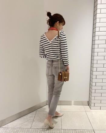 ジャストなサイズ感とV開きのバックスタイルで女性らしくら着ていただけます。袖丈は七部で短めなので春の一枚着に使えます。