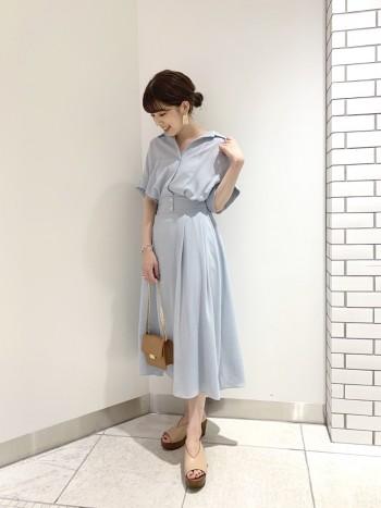 開襟デザインでスッキリした印象です。スカート部分に裏地がついているので透け感は気になりません。