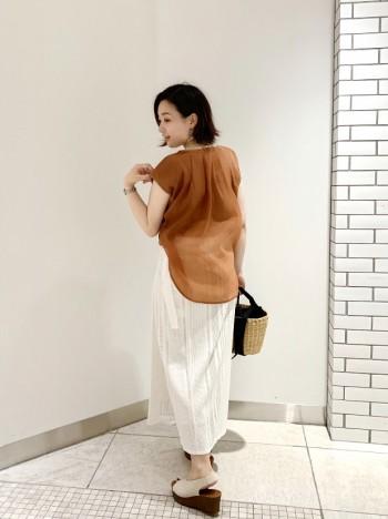 肩先隠れる袖感になっています。 スカートで履く際は、中のカットソーはインをして、シフォン部分は出す見せ方がオススメです!