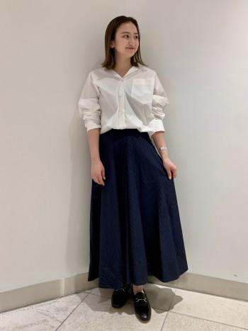 品名の通りオーバーサイズですが、フレアスカートと合わせても着方でスッキリ着れますよ。