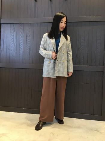 ウエストが半分ゴムなので履きやすさ抜群と157cmでシューズにかからず着られる長さです。