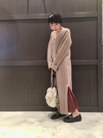 ラビットファーの巾着バッグは、肩から下げても使えますが ラフに結んでお持ちいただくのも可愛くてオススメです。