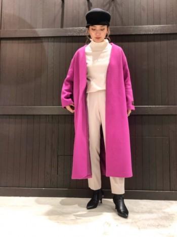ロングコートでも、軽めで重さは気にならないです。 ゆとりのあるサイズ感ですが、実際着てみると思っていたよりも縦のラインがスッキリしてました。 肉厚のニットの上からでも羽織って頂けます。