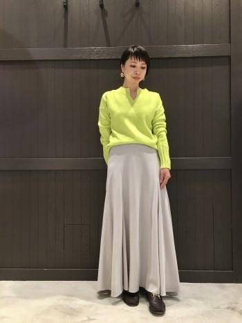 カシミヤのお素材で着心地抜群です。 袖丈長めなので、クシュっとたくして着るとバランス良く着られます。