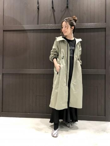 シャカシャカとした素材感で軽めなスプリングコートです。襟元の立ち具合がかっこよくてダラッとしない形が素敵な1枚です。カラーも絶妙な色合いで、カジュアルになりすぎず、上品な印象にしてくれます。