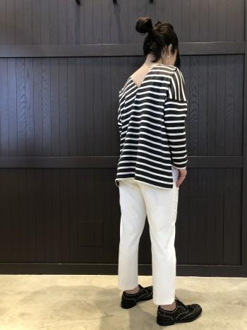 オンオフ兼用で履ける素材感と、白でも透けにくく履けるので、この春夏1本あると便利です。またストレッチが入っているので動きやすいです。ウエストにサイズ調整できるボタンが付いているので、足のラインをメインにサイズを選ぶことができます。