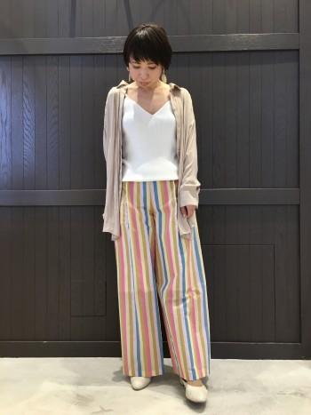 ロング丈のシャツは羽織としても着て頂けるので着回し区抜群です。サイズはフリーサイズですがとろみのある素材なので体型を選びません。