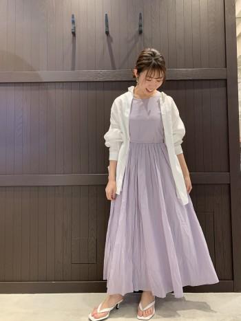 MARIHAならではの柔らかいコットン素材で、ふわっと広がる裾が軽やかです。コンパクトなサイズ感で、161cmで普段からMサイズの私は38のサイズ着用してます。洗うと少し小さくなります。