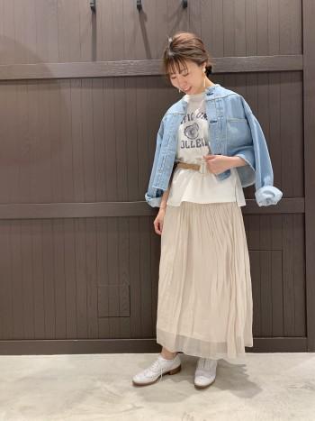 オーバーサイズでお袖も長めのデザインです。デニムですが、比較的柔らかい質感で体に馴染みます。丈は短めなので、ワイドパンツやスカートと合わせるとバランスが取りやすいですよ。