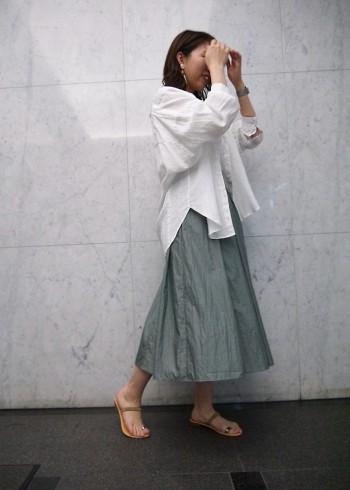 ウエストゴムのらくちんスカート。透け防止に裏地はありますが、薄手で軽い着心地です。艶があり、今年流行りのナチュラル素材のトップスとの相性は抜群です。