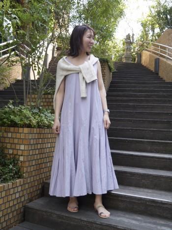 裾のボリュームはありますが、身頃もはスッキリ!上からニットなどを着てもごわつきません。首元の開きは少し大きめです。