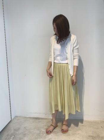 イレギュラーヘムのスカート。艶のある素材で動きが綺麗です。丈がランダムなので、小柄な方も長身の方も、着やすい丈です。