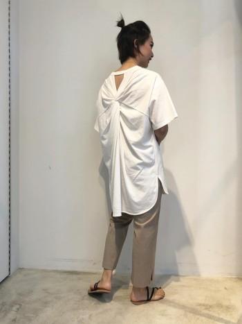 程よくハリのある素材で、硬すぎずフィットしやすいTシャツです。 白でも特に透け感気になりませんでした。 一枚でポイントになるアイテムなので、重ね着がしにくいこれからの季節にオススメです!