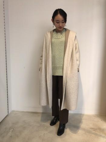 コートとカーディガンの中間の感覚で羽織って頂けるニットコート。 フォックスとウールの混の上質な素材を使用しており、滑らかな肌触りも魅力。 接結なので2倍の厚みがあり暖かく、秋~冬にかけてコート感覚で着て頂けます。 裏地との配色もポイントで、袖は折り返しても◎ 見た目以上に軽く、デイリーに活躍するアイテムです。