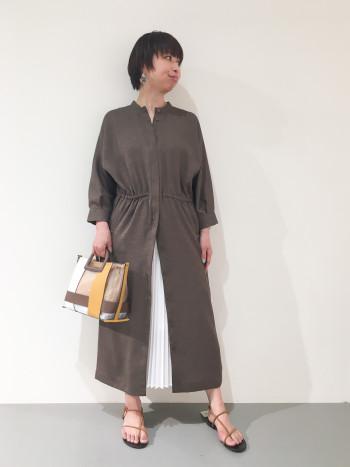 羽織りとして、ワンピースとして、 前後逆にして、3WAYで着回せる お得なワンピース。 リネンライクなポリエステル100%の素材で、お家で洗濯出来るのもポイント高いです!