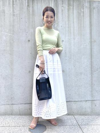 ボリューム感があるので、トップスはシンプルなものがおすすめです。 1枚で様になる存在感のあるスカートです。