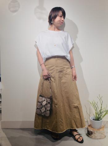 コットン×麻のミリタリーテイストのスカート。 ウエスト周りはスッキリ見えする フィット感のあるデザイン。 裾周りのフレアラインで カジュアルさの中にも 女性らしさを演出してくれる 夏から秋に着回し◎な、 オススメスカートです!
