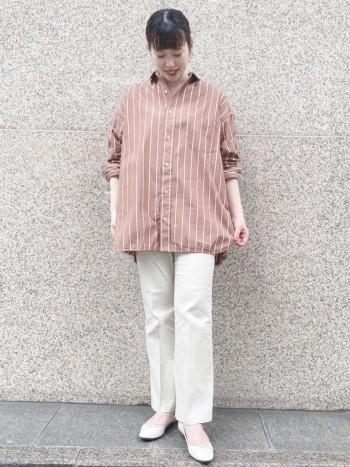 合皮ですが、ふわふわしたインソールなので、履き心地が良いです。 ホワイトは軽さを出せるので、この時期イチオシ!