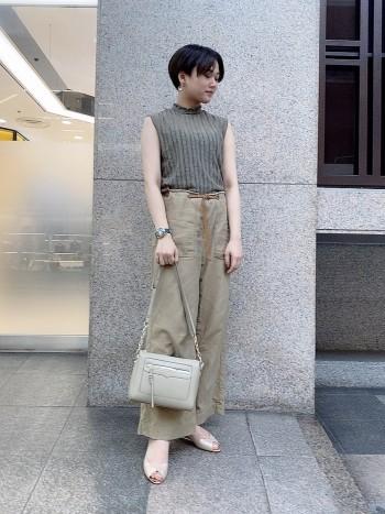 長財布がピッタリ入るサイズです。外側にポケットがあるのも嬉しいポイント。