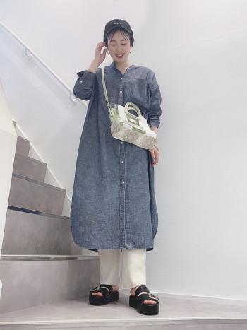 ネオンカラーで個性的なデザインなので、シンプルな洋服に合わせると、引き立ちます◎