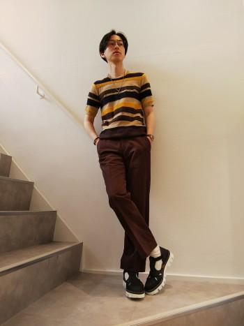シャークソールが印象的なグルカサンダル サンダル以上革靴未満のデザインで、素足で履いてもソックス合わせてもどちらでもOK サイズ感はややゆったりですが、ストラップがありしっかり足をホールドしてくれます。