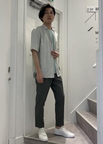 身長174cm 体重60kg 着用サイズ46 トレンド感のある色+プレス(圧着)加工で存在感があるため、柄のシャツとの組み合わせは抜群