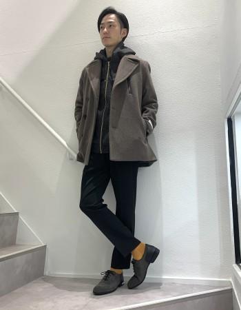 身長175センチ、体重55キロ 着用サイズ44(Sサイズ相当) アバハウス別注のモッサメルトンを使用したPコート 厚みがありながらも柔らかな肌触りで大人のコーデをワンランク上に引き上げてくれます。もちろん真冬の防寒もばっちりです。 着丈はインナーにジャケットを着ても隠れるくらいのやや長めの着丈となっており、ビジネスでもカジュアルでも使いやすくなっています。