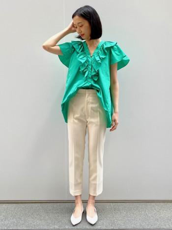 とても軽量で着やすいです。 Vネックは衿天幅が狭いので肌見えは控えめです。 クロップド丈のptとの相性が良く、 スカートでしたら、インしてプリーツスカート・タイトスカートと合わせるのも素敵だと思います。