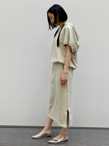 肉厚なフードが魅力的。 菱形のようなシルエットでスカートと合わせやすいフォルム。 プリーツスカートとも合わせて着たいトップスです。