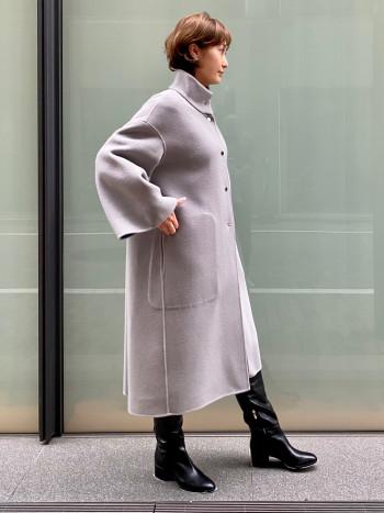 お袖は折り返すと9分丈になり、小柄な方でも着こなしやすいシルエットデザイン。 襟の部分は厚みがありスタンドカラーが形崩れする心配がありません。