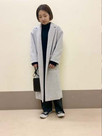 ボリューム感はありますが、暖かく軽いコートです。 細すぎないシルエットなので、厚手のニットを着ても余裕があります。