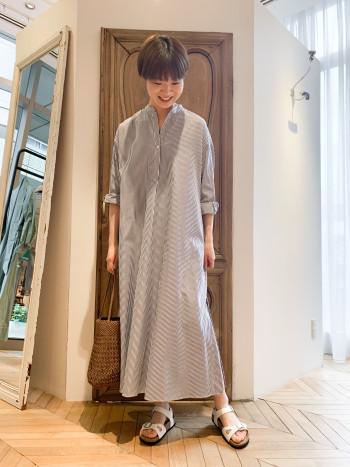 一枚で着用できますが、背が高い方で裾のスリットの深さが気になる方は、軽めの素材のパンツやフレアスカート(マキシ丈)と合わせて頂くと◎