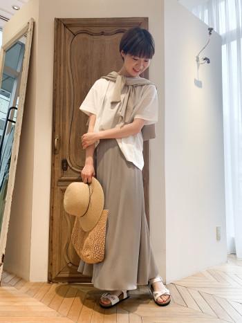 裾が少しフレアのようなデザイン。幅広いサイズ感で着用できます。