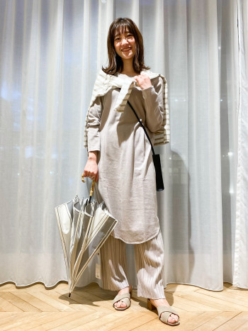 ゆったりとしたシルエットですが、ネックの空きも程よく女性らしく着て頂けます。 156cmの私が着て後ろはヒップのにかかる安心感のある丈でした。