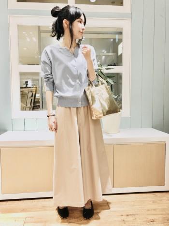 ウエストがゴムと紐で楽ちんなキュロット。 リラックス感のあるワイドシルエットなのにスカート見えするデザインなので様々な着回しができます。