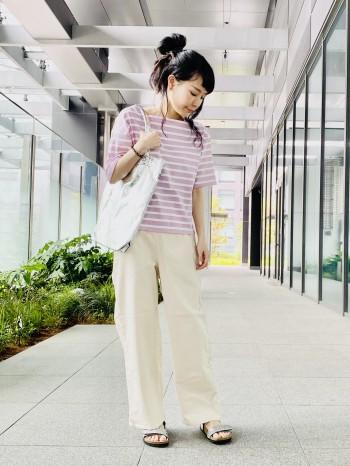 普段の靴のサイズは22.5ですがストラップが幅広く調整できるので問題なく履けます。 ソールが柔らかいので長時間歩いても疲れづらいサンダルです。