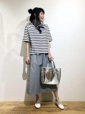 長さがあるので1枚で着やすく涼しいスカートです。 ハリ感があり、キレイめでもカジュアル合わせでもおすすめ。