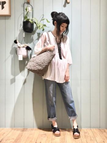 生地感が厚手すぎず夏も履きやすいデニム。 シルエットがとても綺麗で何にでも合わせやすい万能デニム。