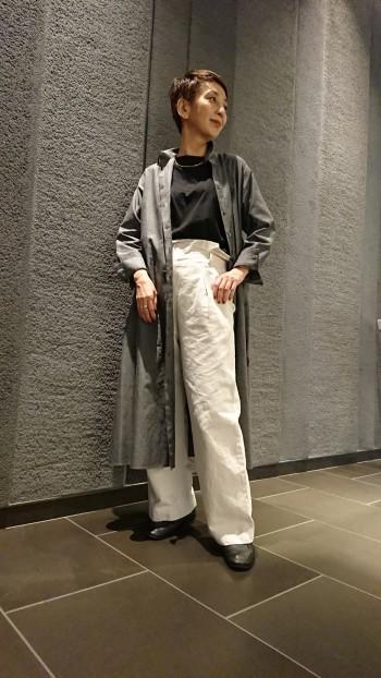 166cmの私が着てひざ下15cmの丈なのでワイドパンツとの相性も良いです。生地はハリ感があり、肩のラインはやや落ちます。