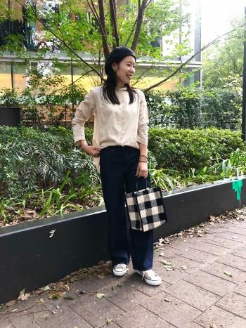 手の甲にかかるくらいの袖丈です。ヒップが隠れる着丈で細身のパンツでも安心です。インしていただくとスカートのスタイルでも合わせやすいです。
