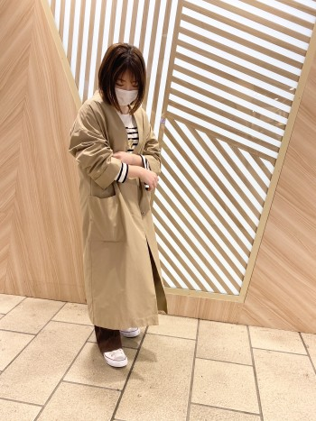 柔らかくガウンのような軽さのコートです。 身幅はゆとりがあるので、重ね着しても問題ない大きさです。