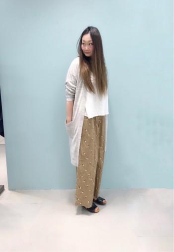リネンコットンの素材でサラッとした着心地です。裾がフレアになっているのでラインも拾いにくく、1枚でもオシャレに着られます