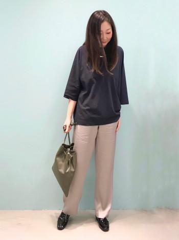柔らかいレザーで歩きやすく、靴ずれもしにくいです。 甲の高い方も履きやすいです。