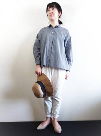 ポリエステル混の素材なので、シワになりにくくお手入れも簡単です! 身幅がゆったりとしていてとても軽いので、シャツでもかカッチリとし過ぎずに着やすいです。