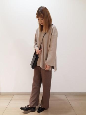 ざっくり着れるサイズ感がゆるめコーデに可愛く合わせていただけます。お袖の広がりがポイントです♪
