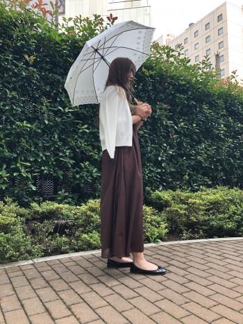 163センチの私でも踝が少し出るぐらいのロング丈で、トレンド感のあるカラーと女性らしいシルエットが可愛い一着です。