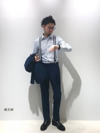 大きめのサイズ感ので小さいサイズにして頂く方がオススメです。着用サイズ6.5で少しゆとりあり(いつもの着用サイズ7) デザインワークスがトリッカーズに別注したモデル。履き口がエラスティック(ゴム)になっており、脱ぎ履きがし易い。程よくボリュームがあり、オンオフともに使用出来る着回しのきくデザイン。