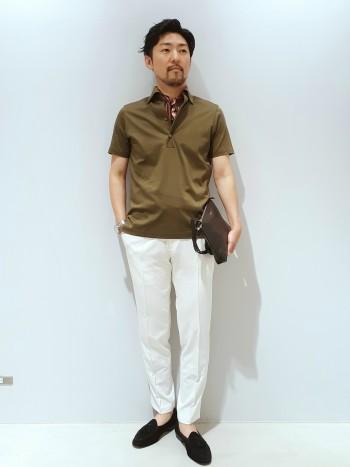 サイズ感は一般的なサイズです。シルクの様な光沢と滑らかな肌触りは、シャツのような役割もはたせるポロシャツです。襟は、ボタンダウンのワンピースカラーになっており、非常に綺麗に襟の形がキマリます。