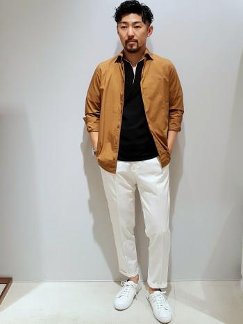 サイズ感は通常より少しだけ余裕のあるサイズです。表面がフラットでストレッチ性に富んだスポーティなジャージ素材を使い、シャープ且つ上品な印象に仕上げた変形のヘンリーネックTシャツです。一枚で着ても透けないですし、襟周りのパイピングが良いアクセントになって一枚できまるTシャツです。